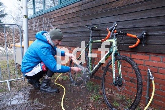 Die Arbeit nach dem Vergnügen: Rad putzen.