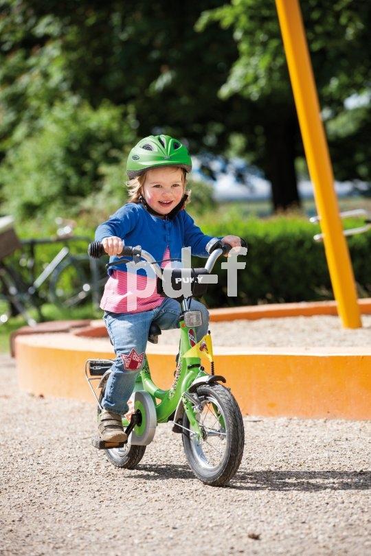 """Kleine Kinder lassen sich leicht ablenken und gehen beim Radeln immer mal wieder zu Boden. Da ist die """"Helmpflicht"""" durch Mama und Papa keineswegs als übervorsichtig abzutun."""