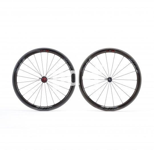 Aus Carbonfasern lassen sich aerodynamisch optimierte, aber dennoch leichte Felgen herstellen. Solche Laufradsätze sind bei Rennradfahrern ausgesprochen beliebt.
