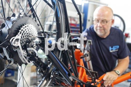 Fahrräder mit elektrischer Antriebsunterstüzung (Pedelecs) gelten zwar im Straßenverkehr als Fahrräder, unterliegen aber in Herstellung, Vertrieb und Wartung ganz anderen rechtlichen Rahmenbedingungen. Das reicht von technischen Normen bis zur Produkthaftung.