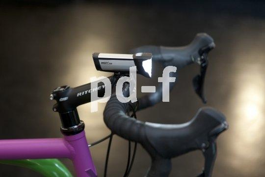 Sehr klein, sehr hell: Diese LED-Leuchte passt locker in die Trikottasche, so können sie auch Rennradfahrer immer dabei haben - und genügen damit den Auflagen des Gesetzgebers.