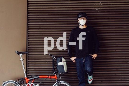Mund-Nasen-Schutz und Fahrradhelm kommen gut miteinander aus.