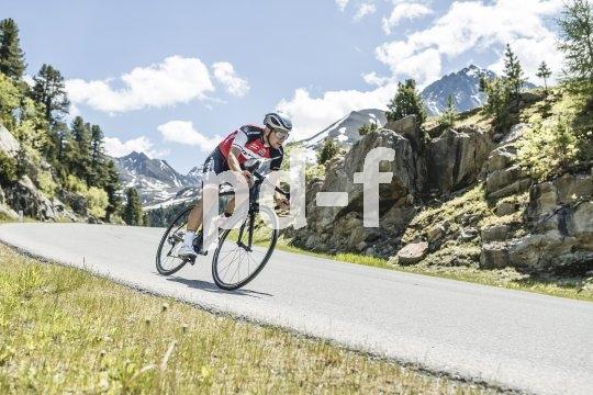 Auf dem Rennrad einen Gebirgspass zu überqueren und in die Abfahrt zu tauchen, setzt jede Menge Adrenalin frei.