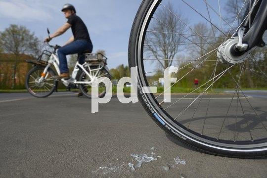 Über Glasscherben sehen (und gehen) moderne Fahrradreifen kommentarlos hinweg. Modelle mit speziellen Pannenschutzeinlagen sind sogar gegen Reißzwecken immun.