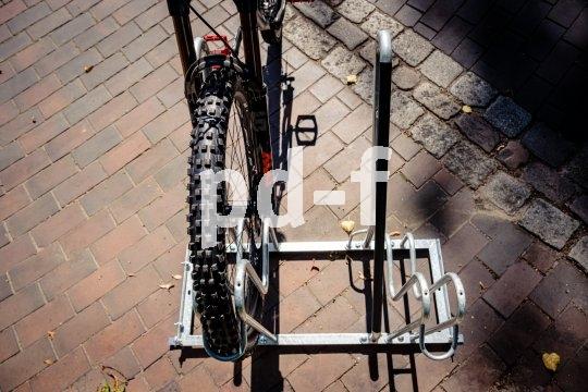 Stadtmöblierer WSM produziert Fahrradabstellanlagen mit viel Platz und hohen, kunststoffummantelten Anlehnbügeln. Auch schwerere Bikes wie etwa Pedelecs stehen hier sicher.