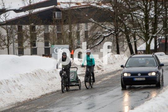 Gerade bei winterlichen Straßenverhältnissen und nicht befahrbaren Fahrbahnrändern ist der korrekte Überholabstand wichtig: Laut STVO mindestens 1,50 Meter.