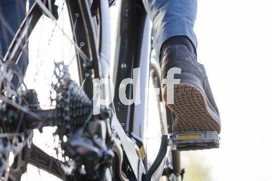 Hersteller Vaude fertigt Fahrradschuhe nach dem Dualflex-Prinzip: Die Sohle versteift sich bei Belastung von oben, flext aber bei Gehbewegung. So lassen sich Kraftübertragung und Laufkomfort miteinander verbinden.