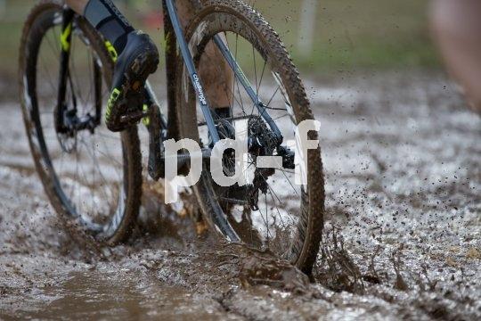Beim Cyclocross gibt´s kein Igitt: Der Rundkurs führt immer wieder durch Matsch und Schlamm - und es wird mit jeder Runde schlimmer. Herrlich!