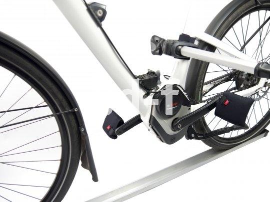 Vor allem beim Transport mehrere Fahrräder im oder auf dem Auto erweisen sich Pedale als durchaus kratzbürstig. Gegen Lackschäden am Auto oder an anderen Fahrrädern helfen die universel passenden Neopren-Überzüge der Firma Fahrer Berlin. Eine Neopren-Einlage schützt wiederum den Fahrradrahmen selbst vor dem Biss des Fahrradhalters.