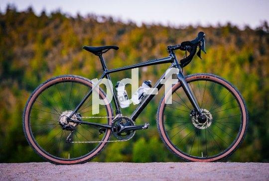 Ein Kettenblatt, elf Ritzel, Scheibenbremsen, schottertaugliche Reifen - Gravel-Bikes wie das Topstone der US-Firma Cannondale fahren sich schnell und bequem. Zwei Flaschen an Bord sind eine gute Idee, denn warum sollte man da absteigen wollen?