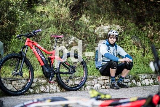 Kurze Pause für Mensch und Akku: Regelmäßiges Luftholen und Entspannen ist auch bei E-Mountainbike-Touren wichtig.