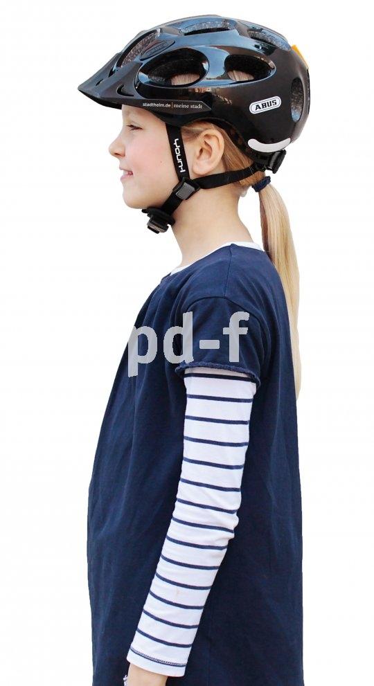 So sitzt der Fahrradhelm richtig. Auch Stirn und Nacken sind geschützt, die Riemen laufen um die Ohren herum.