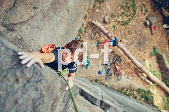 6. Jetzt sind die Arme dran. Der Ältere von uns hängt schnell das Seil von oben ein und sichert den Nachwuchsbergsportler. Die Radtour zum Felsen gab ihm auch genügend Zeit, sich aufzuwärmen. Die Bremse hier heißt übrigens Schwerkraft und statt eines Reifens sorgen Hände und Füße für die richtige Traktion. Alle Sinne an!