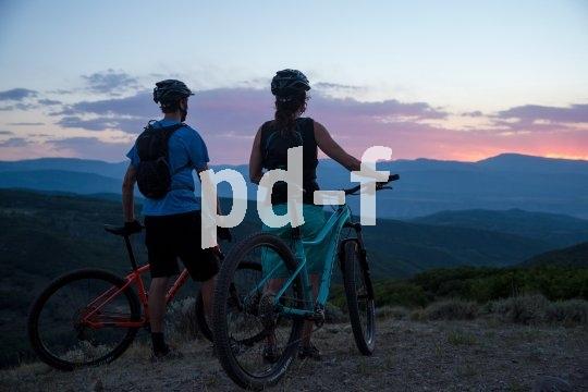 Trailbikes kapitulieren eigentlich vor gar nichts. Nur ein schöner Sonnenuntergang kann auch sie mal zu einem kurzen Stopp bewegen.