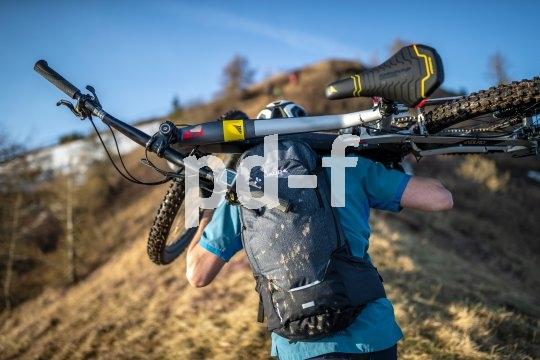 Ein guter Mountainbike-Rucksack hält nicht nur die wichtigsten Dinge bereit, er gibt auch entscheidende Unterstützung auf Tragepassagen.