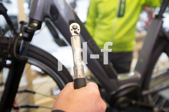 Eine Fahrradwartung durch den Fachmann zeichnet sich auch durch die Verwendung des richtigen Werkzeugs aus. Wer hat schon einen Drehmomentschlüssel zur Hand und dann auch noch die richtigen Anzugswerte im Kopf?