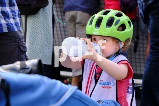 Stärkung muss sein. Auch kleine Rennfahrer bekommen Durst.