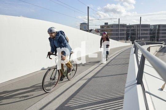 An kühlen Tagen macht sich eine gefütterte, etwas längere Jacke beim Radfahren bezahlt. Geeignete Hosen und Schuhe finden sich auch am Markt.
