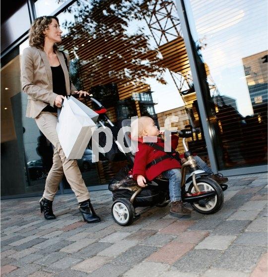 Von der passiven zur aktiven Mobilität: Dieses Dreirad erlaubt beides, denn mit Schiebegriff und Fußstützen ist es mehr Buggy, ohne Zubehör Kleinkinder-Fahrzeug.