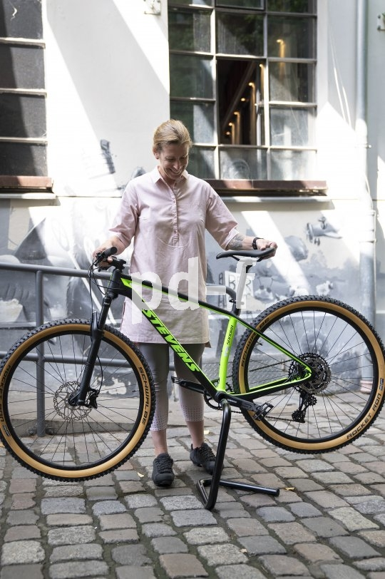 """Der Fahrrad-Montageständer """"Hobo Fold Flat"""" trägt Fahrräder bis 35 kg Gewicht, soweit sie über eine hohle Kurbelwelle verfügen. Er ist groß genug, damit man die Kurbeln frei drehen kann, lässt sich aber äußerst platzsparend zusammenklappen."""