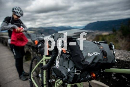 Mit dem Rennrad auf Reisen? Wer nur ein paar Tage unterwegs ist, muss nicht einmal einen Gepäckträger montieren. Mit den richtigen Taschen geht es auch so.