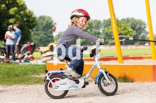 Ein typischer Unfallhergang auf dem Spielplatz: zur Seite gucken und nach vorne fahren - genau auf ein Hindernis zu. Dank Fahrradhelm geht so etwas mit einem kleinen Schrecken aus.