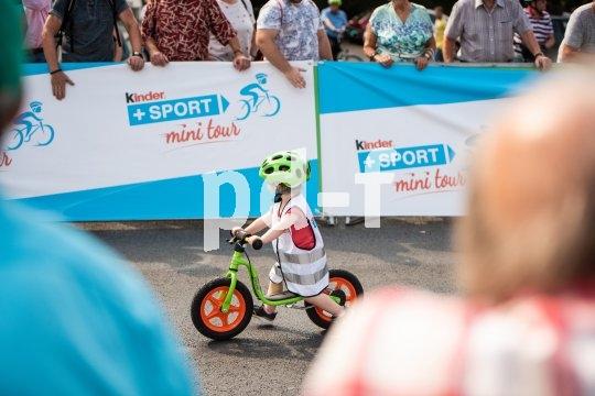 Die Unterstützung, die sonst nur Radprofis erleben, dürfen die Nachwuchsfahrer bei einem Laufradrennen genießen.