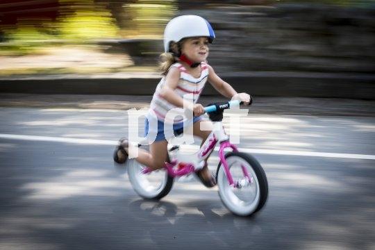 Balancieren lernen können Kinder auf einem Laufrad wunderbar. Aber Achtung: Die Geschwindigkeit übersteigt schnell das, was kleine Kinder noch verarbeiten können.