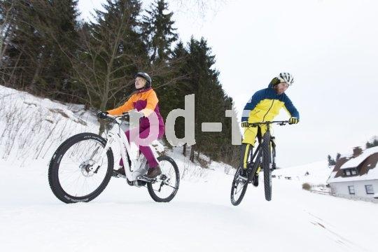 Stark profilierte Reifen vorausgesetzt, kommt man auf Schnee eigentlich gut voran. Gefährlich wird es nur, wenn eine dünne Schicht Schnee eine Eisfläche verdeckt.
