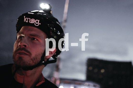 Eine Helmlampe ersetzt den Scheinwerfer nicht, sorgt aber für Licht genau dort, wo der Nutzer den Kopf hinwendet. Aber Achtung: Nicht den Gegenverkehr blenden! Das ist das Gegenteil von Sicherheit.