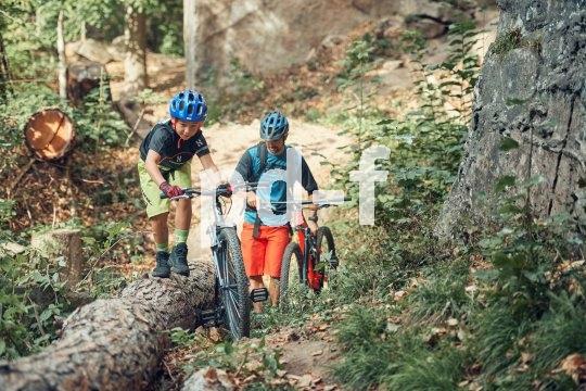 5. Hier ist es kurz mal zu steil zum Fahren. Der Weg zum Felsen erfordert Schieben für Fortgeschrittene. Ein Glück, dass die Räder so leicht sind.