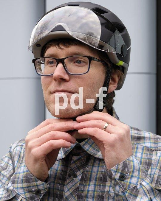 Beim Helmkauf auch darauf achten, dass der Verschluss leicht zu bedienen ist. Wer hat schon Augen unter dem Kinn...