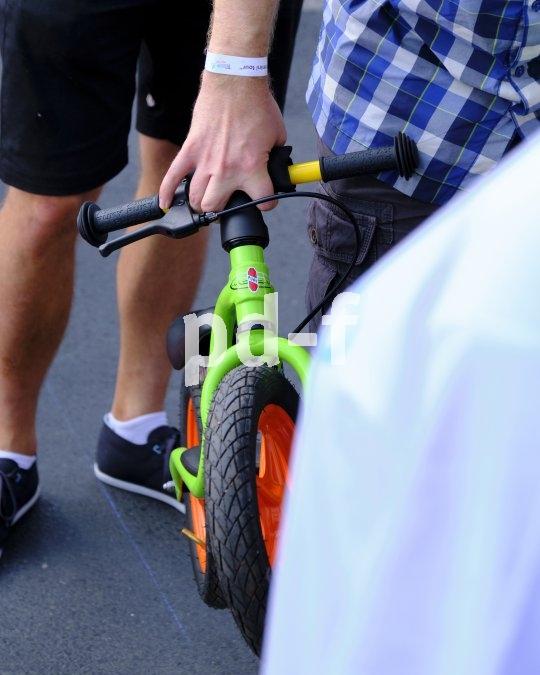 Praktisch am Laufrad: Man kann es einfach mit einer Hand tragen.