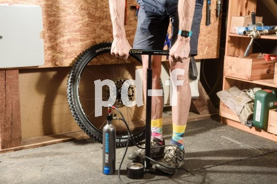 Damit der Tubeless-Reifen sich aus dem Felgenbett perfekt passend an die Felgenflanken setzen kann, braucht es für gewöhnlich einen kräftigen Luftstoß. Diesen liefert entweder ein Kompressor, eine spezielle Tubeless-Pumpe mit eigenem Hochdruckreservoir ? oder, wie hier im Bild, eine externe Hochdruckkammer wie der ?Tire Booster? von Schwalbe. Mit einer herkömmlichen Standpumpe lässt sich der Booster auf zwölf Bar aufpumpen und gibt die Luft stoßartig ab..
