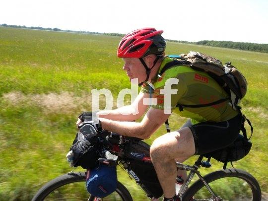 Der Triathlonaufsatz am Lenker macht auch am Reiserad Sinn. Bei Gegenwind kann man so die Arme nah an den Körper bringen, wovon die Aerodynamik deutlich profitiert.