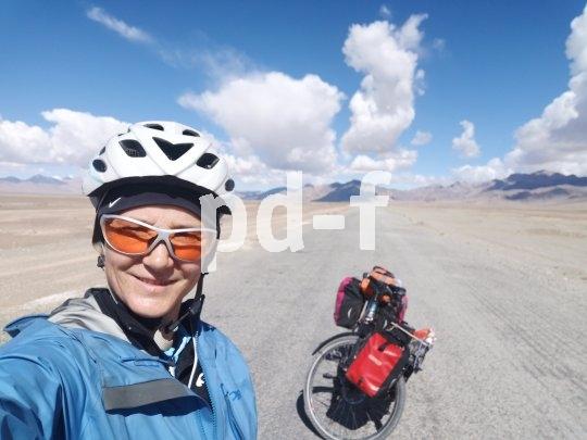Kurz nach der chinesischen Grenze in Tadschikistan -  Hochebene im Pamir auf rund 4000 Meter über dem Meer: trocken und weit.
