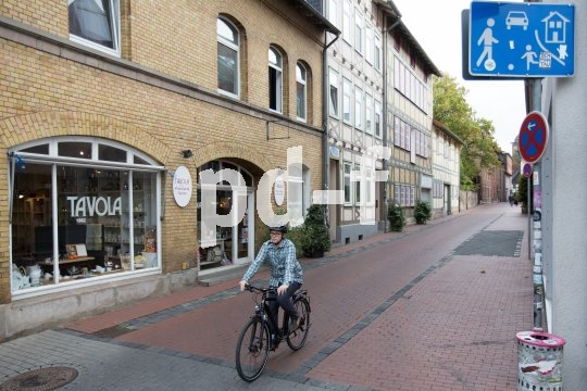 Immer mehr verkehrsberuhigte Zonen und Spielstraßen halten den Autoverkehr in unseren Städten aus den Wohngebieten heraus. Nicht so das Fahrrad.