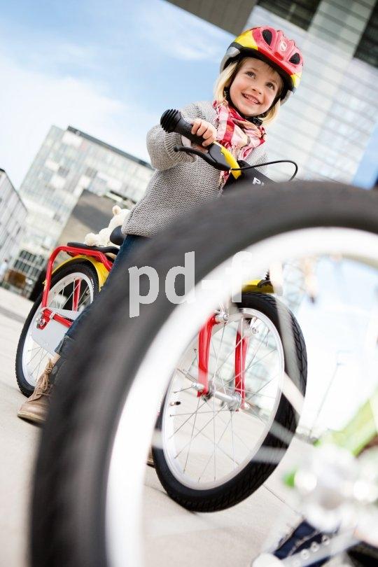 Auch in der Großstadt gibt es Schonräume, in denen kleine Kinder gefahrlos aufs Rad steigen können. Der Job der Eltern ist es, diese aufzuspüren und zu nutzen.