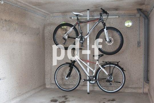 Ganz ohne Bohren läst sich diese Abstellanlage für zwei Fahrräder in Keller oder Garage anbringen.