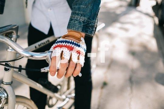 Radhandschuhe verteilen Druck und schützen die Handinnenflächen bei einem Sturz. Wenn sie dann noch so schick sind wie diese schlüpft die Hand fast von selbst hinein.