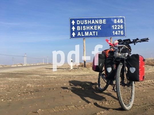 Irgendwo in Usbekistan. Es liegen noch einige Kilometer vor Andrea Feiermuth und ihrem E-Bike. Strom gab´s bisher überall, berichtet sie.