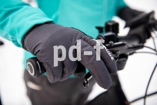 Gerade im Winter gilt: Mindestens ein Finger gehört immer an die Bremse. Die Handschuhe verhindern das Auskühlen.