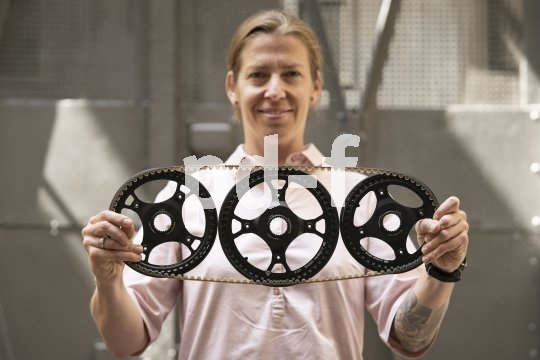 Wie die klassische Fahrradkette läuft auch der moderne Zahnriemen über gezahnte Räder, deren Drehung er auf das Antriebsrad überträgt. Carbon ist auf beiden Seiten als Werkstoff gefragt.
