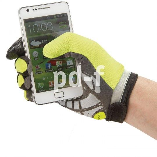 """Auch im Dunklen kaum zu übersehen ist der neonfarbene reflektierende Fahrradhandschuh """"Secure"""" von M-Wave. Gelpolster schützen die Handflächen vor Druck; das Material erlaubt die Bedienung von Touchscreens."""