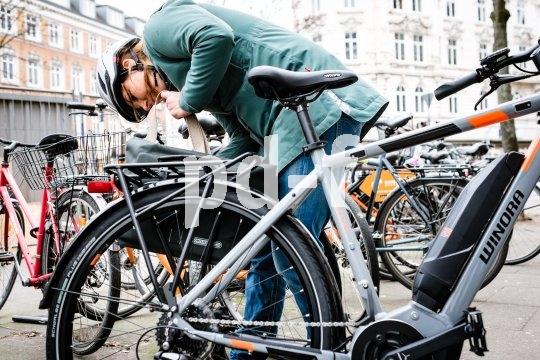 """Im städtischen Alltag sind immer noch die meisten E-Bikes unterwegs. Winoras Modell """"Yucatan 8"""" ist für den Einsteiger in die E-Mobilität gedacht, der einen sportlichen Motor und solide Komponenten sucht. Im Alltag ist auch die kombinierte Umhänge/Fahrradtasche """"Twin City urban"""" von Ortlieb zuhause."""