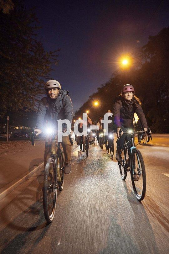 Wind- und regendichte, wärmende Kleidung und gutes Licht: Damit lassen sich auch die Wintermonate auf dem Fahrrad ganz gut überstehen.