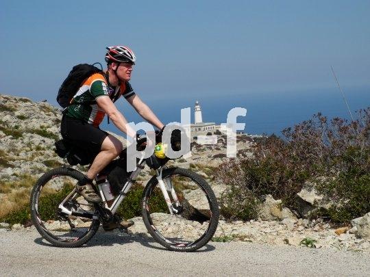 Vom Fahrrad aus lässt sich die Schönheit einer unbekannten Landschaft mit allen Sinnen genießen.