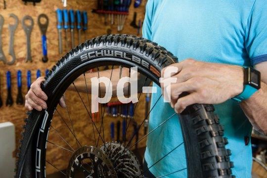 Jetzt wird die zweite Reifenwulst ins Felgenbett gehoben. Am einfachsten geht das, wenn sich beide Reifenwülste in der vertieften Mitte des Felgenbetts treffen.