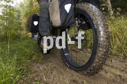Dank breiter Reifen meistern Fatbikes problemlos auch matschige Passagen.