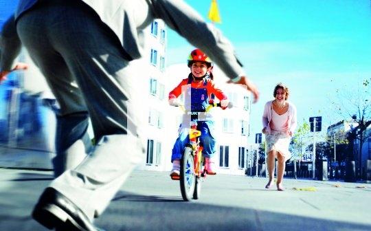 Radfahren lernen heißt loslassen können - das gilt für die Kinder wie für die Eltern.